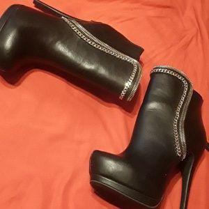 Bebé w Chain boots.